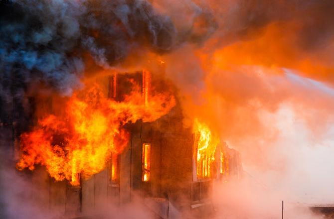 संसद मार्ग स्थित एसबीआई की इमारत में लगी आग, मोके पर दमकल की गाड़िया मौजूद