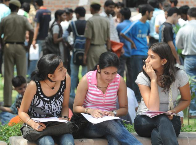 दिल्ली यूनिवर्सिटी के अधिकतर कॉलेज तीन साल के ग्रेजुएशन को दोबारा शुरू करने को राजी : यूजीसी