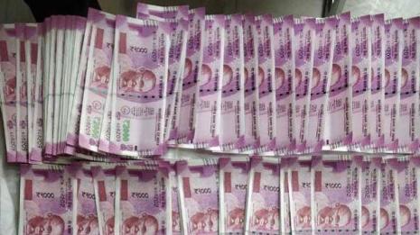 घर में 11 लाख के नकली नोट कि छपाई कर महंगी गाड़ी खरीदने पहुंची महिला।।।शोरूम में कैश दिखाते ही पकड़ी गयी