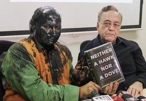 Shiv Sainik blacken Kulkarni face, but fail ot prevent Kasuri s book launch